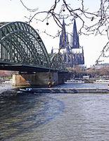 Кьолн-Германия.ЖП мостът (само за пътнически влакове) над Рейн и прочутата Кьолнска Катедрала висока 157 м.; Коментари:5