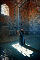 Млада жена в джамията на шейх Лотфолах в Емам скуеър, Есфахан, Иран; comments:28