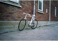 ВНИМАНИЕ: НЯМА НИЩО НЕГАТВНО В ДУМИТЕ МИ! За тези, които си мислят, че на запад всичко е подредено - едно колело точно под знака, на който пише, че паркирането на колела точно там е забранено. Снимката е от Umeå, Швеция; No comments