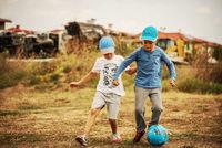 2 момчета, 1 топка и поляна; comments:2