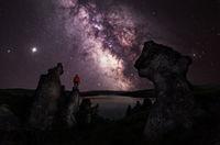 Млечният път заедно с Юпитер и Сатурн на фона на скалите край яз. Пчелина; No comments