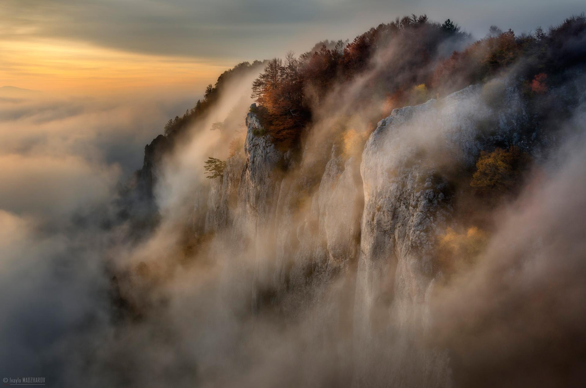 Облачни водопади се изливат в резерват Червената стена, Родопите от Ивайло Маджаров - AirPower