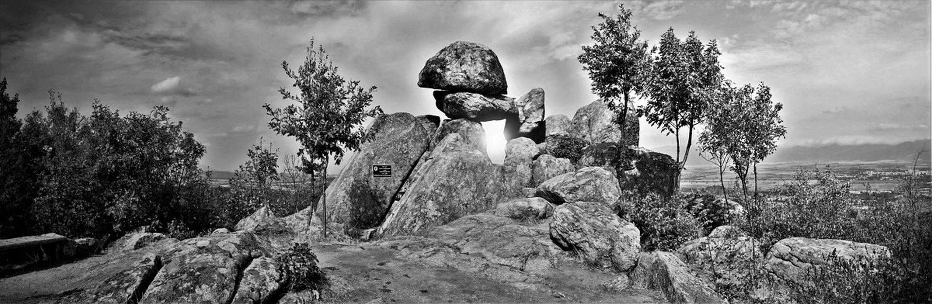 """Мегалит """"Слънчевата врата"""" или """"Вратата на богинята"""" край с. Бузовград, Средна гора."""