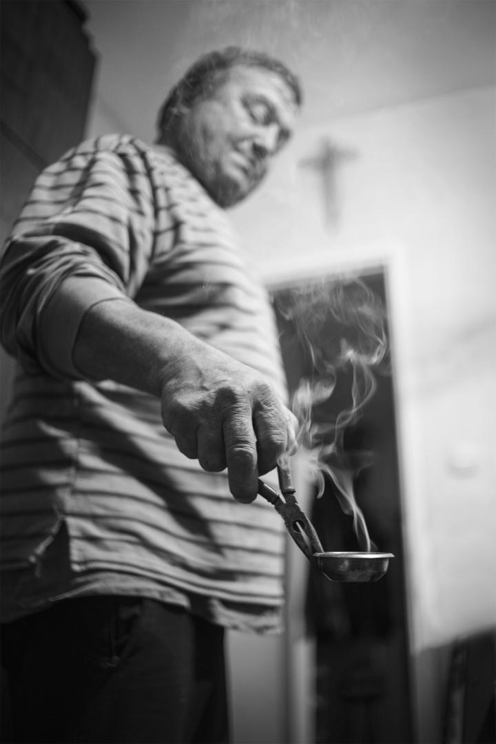 На Бъдни вечер главата на семейството прекадява с тамян най-напред масата, след това всички останали стаи и помещения в дома, накрая двора и обора!   Author Martin Dimitrov - marti_3003   PHOTO FORUM