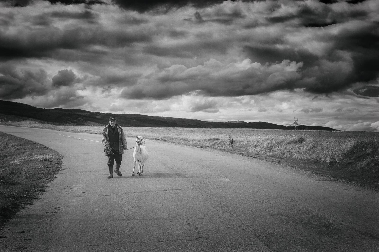Вървят ли двама на дълъг път ...