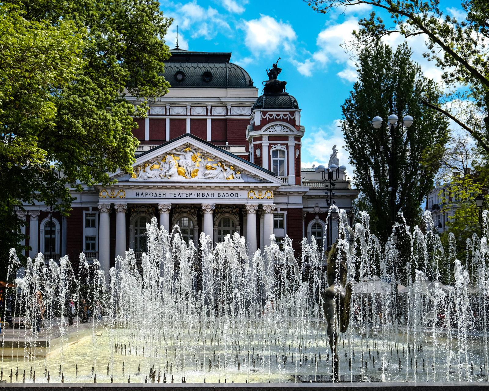 Народният театър от Бетина Батаклиева - Bataklieva