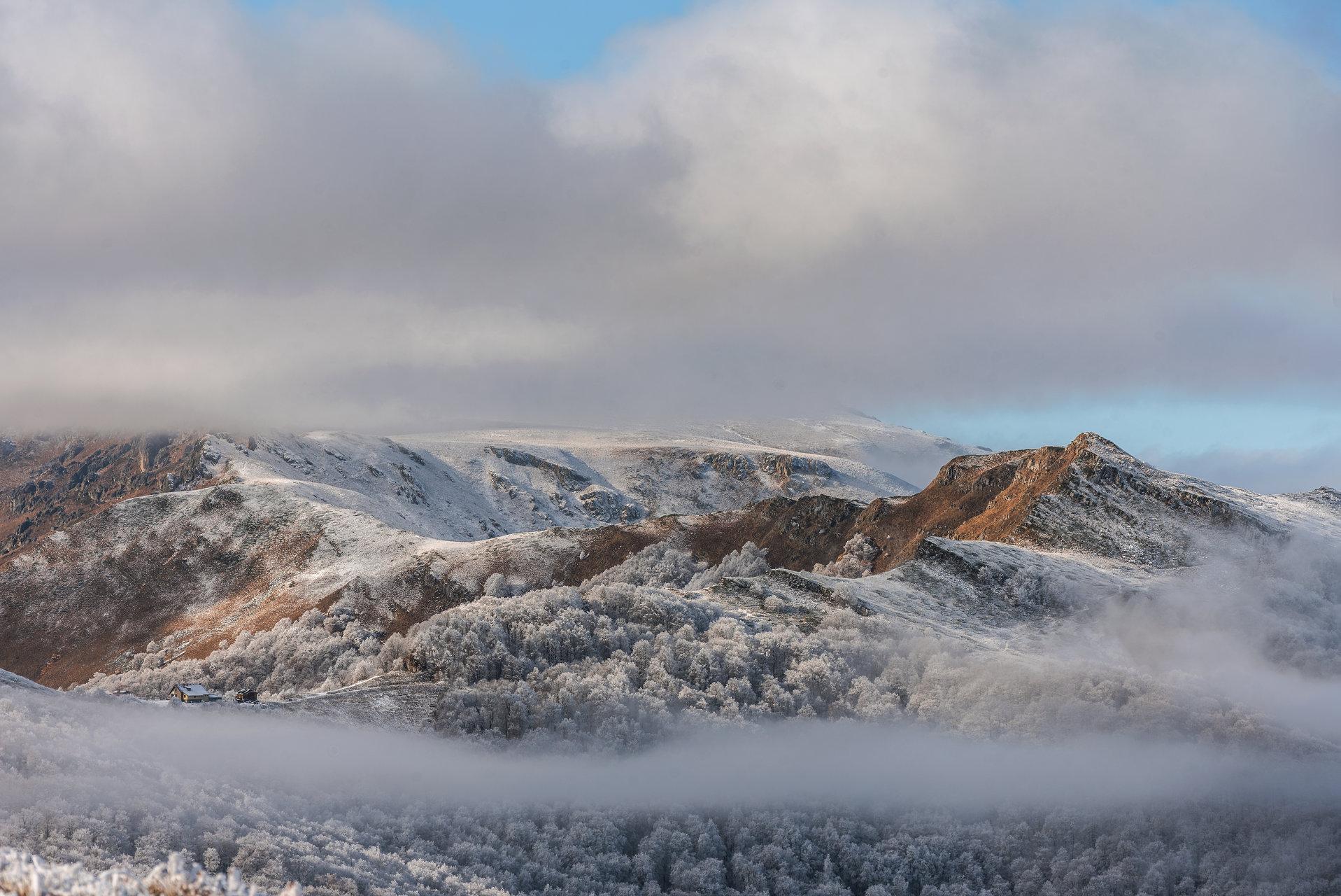 Хижа Мазалат и връх Вълча глава на фона на масив Триглав | Author mitko karakolev - TISEOS | PHOTO FORUM