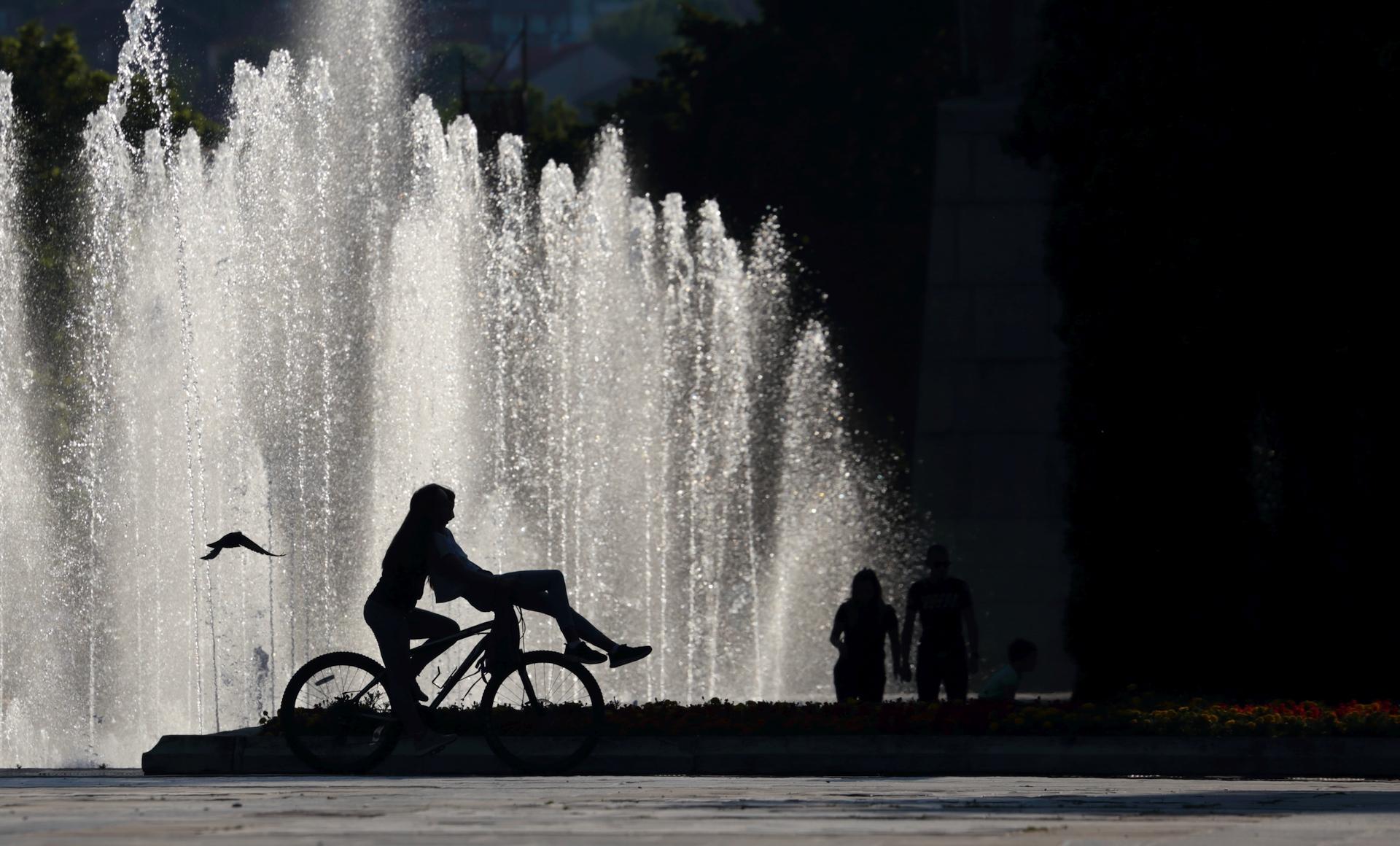 Около фонтаните...   Author Lyubomir Vassilev - LinkBeat   PHOTO FORUM