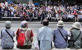Японски туристи в очакване на карнавала ; Comments:7