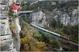 Малка къщичка в скалите.....с влак отпред ; comments:34