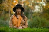 Момиче с шал и  кафява шапка ; Comments:30