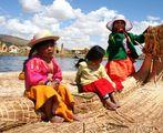 Езерото Титикака и три малки душици, забавляващи нас-туристите, докато отплаваме.... ; comments:10