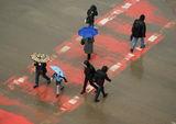 3 с чадъри + 4 с качулки = 7 в дъждовен ден ; comments:60