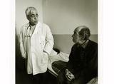 Клиника ІІІ  Доктор гледа пациент. Преценява шансовете му внимателно , докато тихо си подсвирква стара градска песен. Пациентът  мълчи. ; comments:26