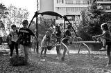 деца играят вън ; Comments:20