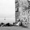 Облегнат на фара, възрастен мъж придремва край морето ; comments:13
