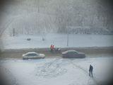 В студеното утро градът се събужда и хора започват да щъкат из пустите до скоро улици ; comments:18