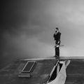 На покрив стои, резачка държи. Що е то? ; comments:31